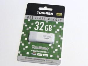 東芝 TransMemory UHYBS-032GH [32GB] パッケージ