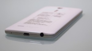 au Smartphone isai LGL22 side view (2)